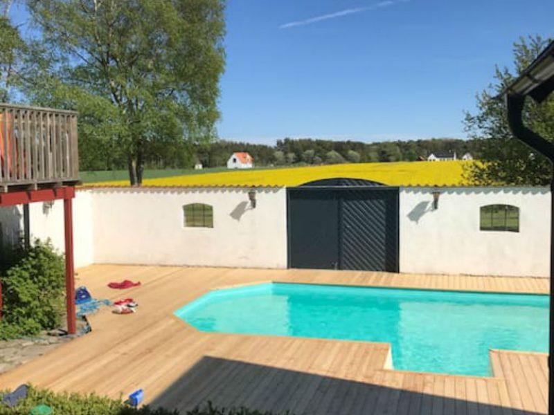 Henriksdals gårds uteplats, terass och pool