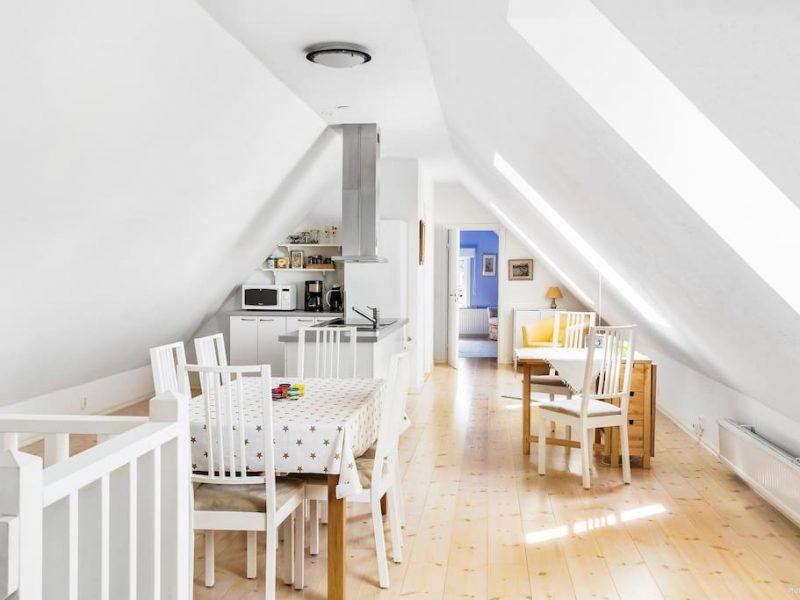 Henriksdalsgård köksplats och köksredskap. Mikrovågsugn, kylskåp & kaffekokare