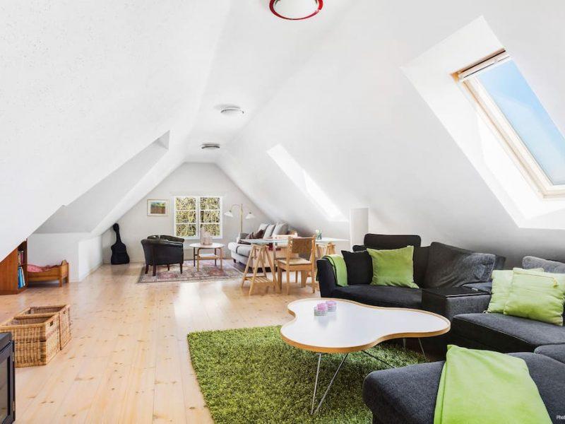 Henriksdals gård Vardagsrum med soffor, fåtöljer och tv